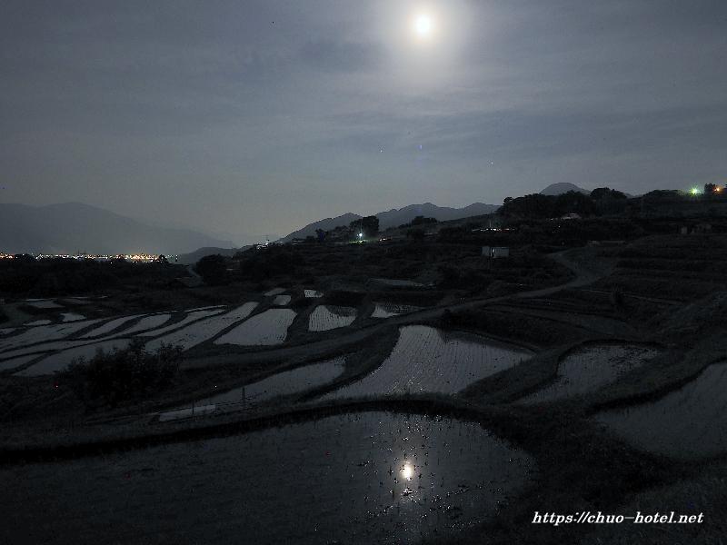 田毎の月 姨捨の棚田水張りの夜景