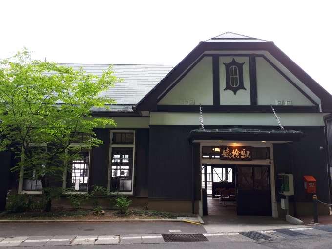 鶴の形をした駅舎と亀の形をした窓枠で「縁起の良い」姨捨駅